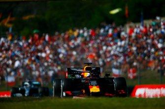 Max Verstappen, Red Bull Racing RB15, en Lewis Hamilton, Mercedes AMG F1 W10