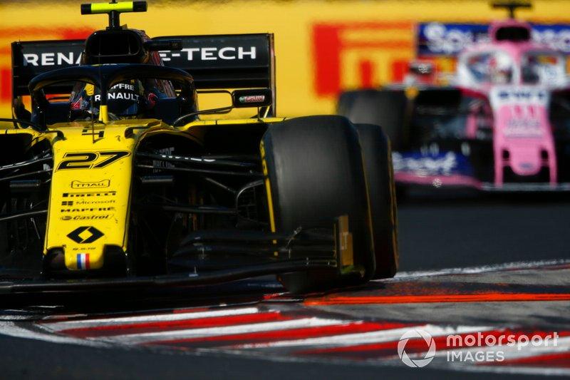 Nico Hulkenberg, Renault F1 Team R.S. 19, devant Sergio Perez, Racing Point RP19