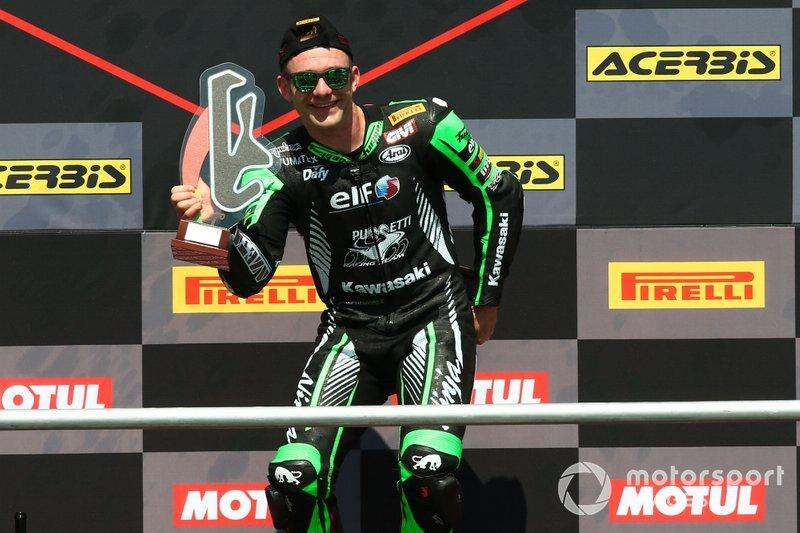 Lucas Mahias, Kawasaki Puccetti Racing recoge el trofeo del campeón