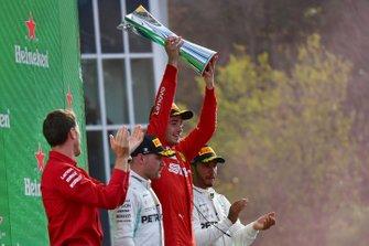 Charles Leclerc, Ferrari, primo classificato, solleva il trofeo