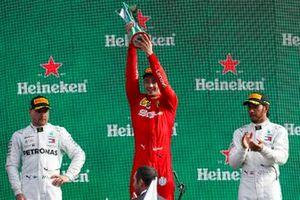 Valtteri Bottas, Mercedes AMG F1, winnaar Charles Leclerc, Ferrari en Lewis Hamilton, Mercedes AMG F1 op het podium