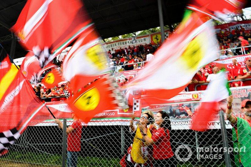 Fan sventolano la bandiera della Ferrari