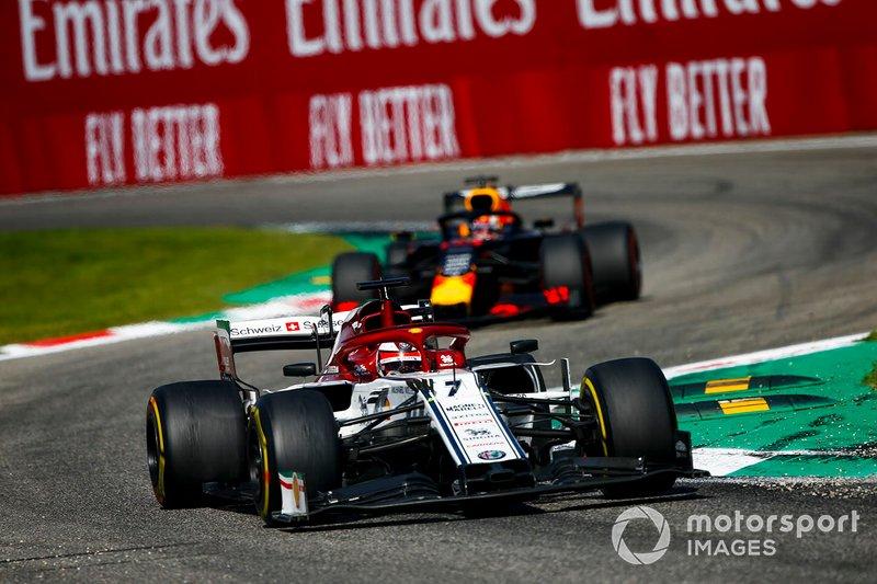 Kimi Raikkonen, Alfa Romeo Racing C38, precede Max Verstappen, Red Bull Racing RB15