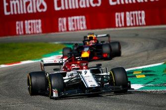 Kimi Raikkonen, Alfa Romeo Racing C38, voor Max Verstappen, Red Bull Racing RB15