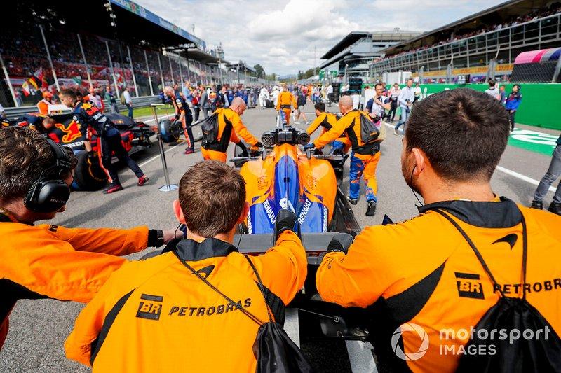 Carlos Sainz Jr., McLaren MCL34, arriva sulla griglia
