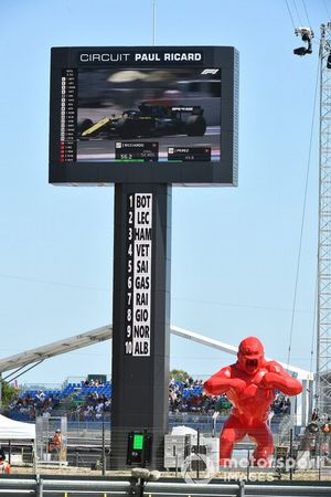 A red Gorilla sculpture by the leaderboard