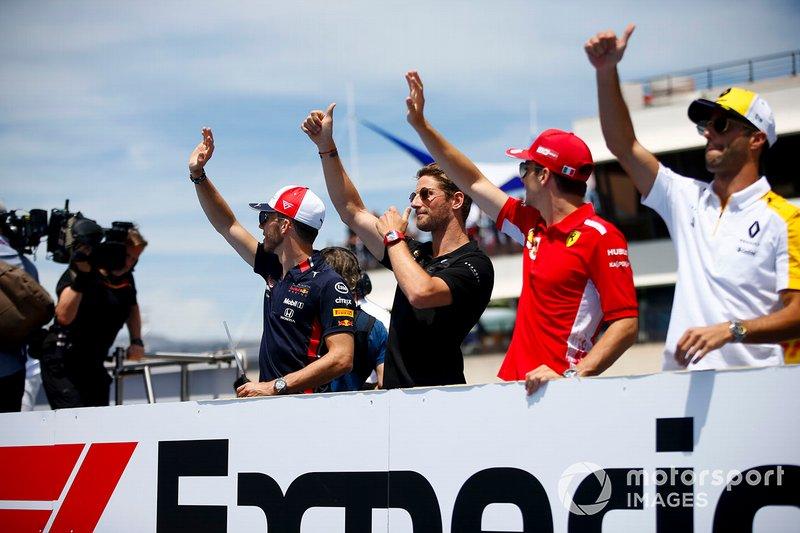 Pierre Gasly, Red Bull Racing, Romain Grosjean, Haas F1, Charles Leclerc, Ferrari, y Daniel Ricciardo, Renault F1 Team, en el desfile de pilotos
