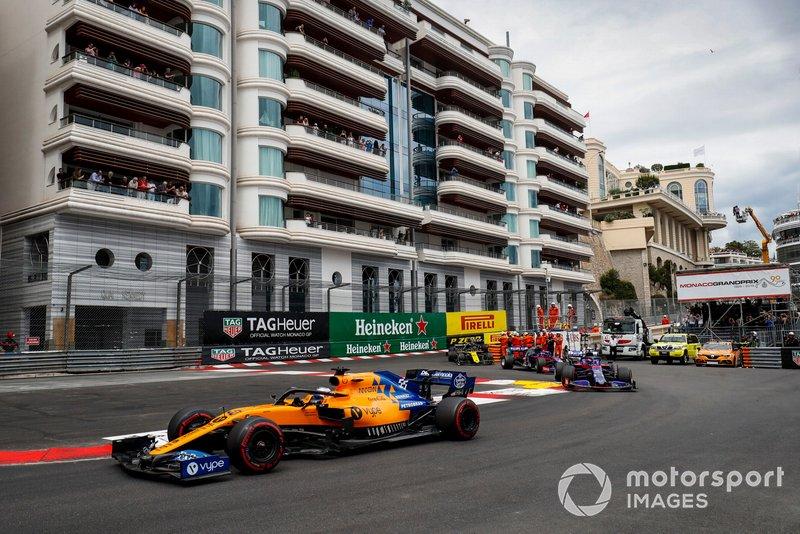 Carlos Sainz Jr., McLaren MCL34, Daniil Kvyat, Toro Rosso STR14, Alexander Albon, Toro Rosso STR14, y Nico Hulkenberg, Renault R.S. 19