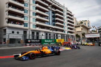 Carlos Sainz Jr., McLaren MCL34, devant Daniil Kvyat, Toro Rosso STR14, Alexander Albon, Toro Rosso STR14, et Nico Hulkenberg, Renault R.S. 19