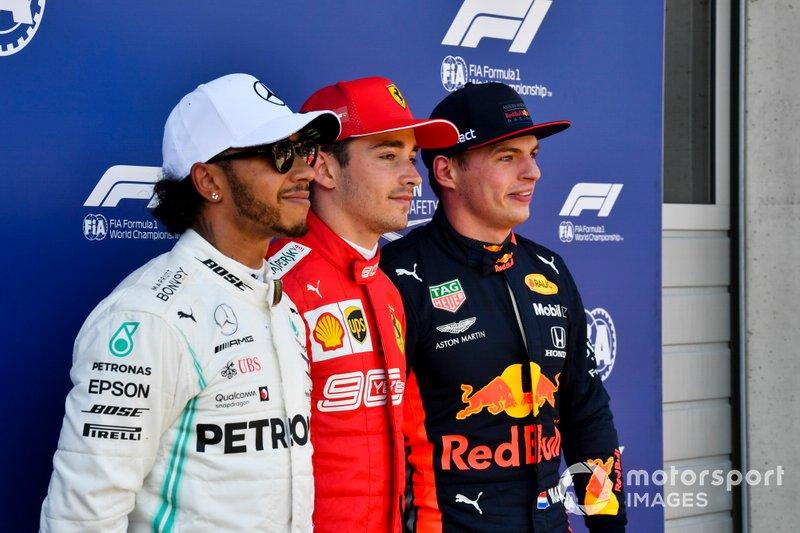 Los tres primeros clasificados: segundo Lewis Hamilton, Mercedes AMG F1, ganador de la pole Charles Leclerc, Ferrari y tercero Max Verstappen, Red Bull Racing
