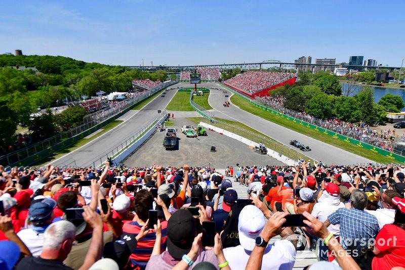 Valtteri Bottas, Mercedes AMG W10, voor Max Verstappen, Red Bull Racing RB15, Lando Norris, McLaren MCL34, en de rest van het veld