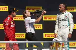 Sebastian Vettel, Ferrari, seconda posizione, la vincitrice del trofeo della Mercedes e Lewis Hamilton, Mercedes AMG F1, prima posizione, festeggiano sul podio