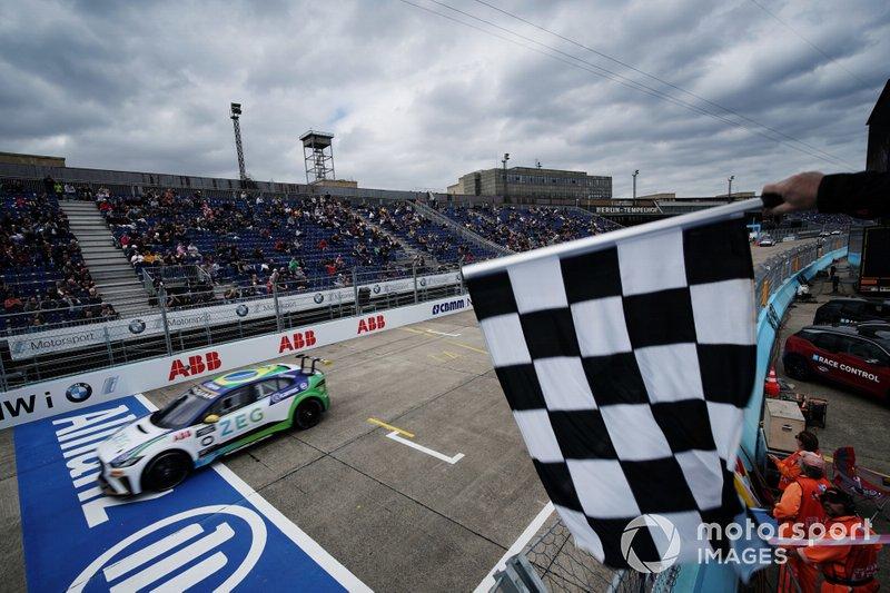 Prosseguindo uma sequência incrível de fins de semana entre Stock e Jaguar, Cacá voltou à Europa e voltou vencer, desta vez em Berlim.