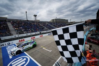 Cacá Bueno, Jaguar Brazil Racing, crosses the finish line, takes the chequered flag