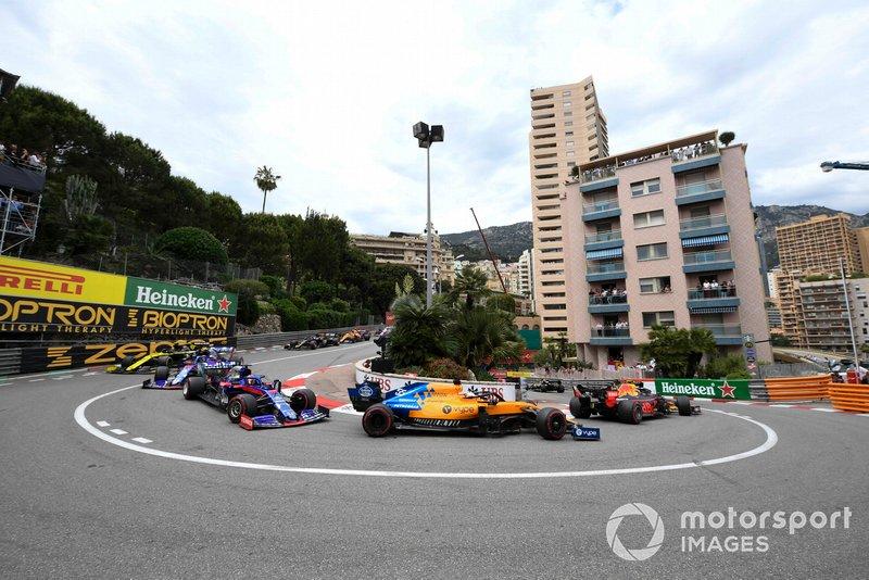 Pierre Gasly, Red Bull Racing RB15, ve Carlos Sainz Jr., McLaren MCL34, Daniil Kvyat, Toro Rosso STR14, ve Alexander Albon, Toro Rosso STR14
