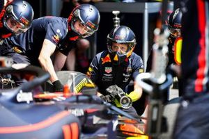 Red Bull Racing mecánicos en pit lane