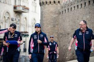 Lance Stroll, Racing Point camina por el circuito con sus ingenieros