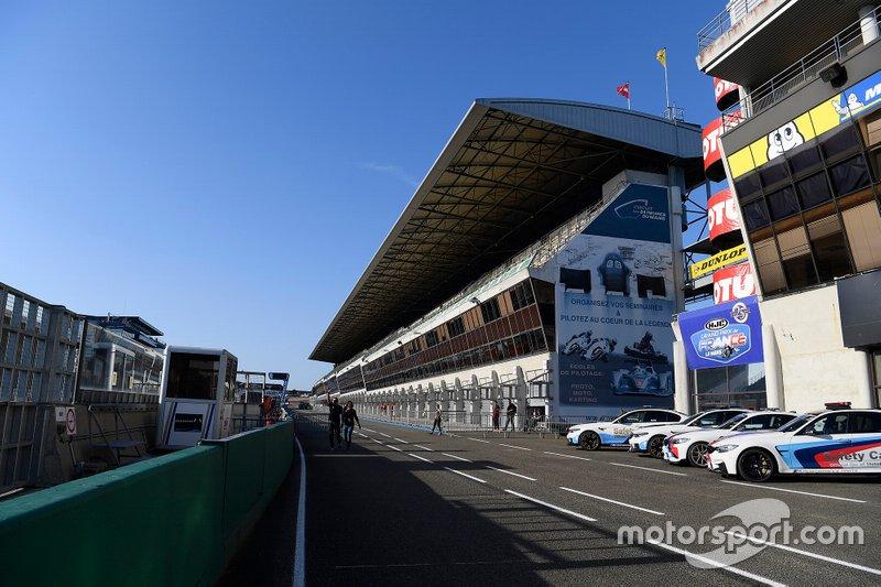 La pitlane du circuit Bugatti du Mans