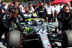 Valtteri Bottas, Mercedes AMG W10, arrivant sur la grille