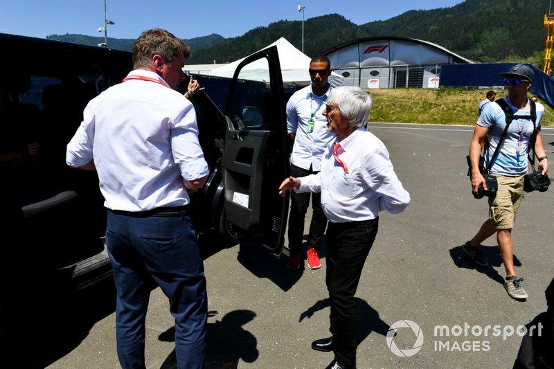 Bernie Ecclestone, Chairman Emiritus of Formula 1 e Thomas Ueberall, Red Bull nel paddock