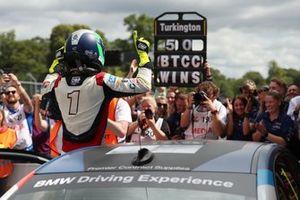 Yarış galibi Colin Turkington, WSR BMW