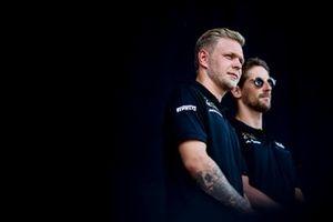 Kevin Magnussen, Haas F1 et Romain Grosjean, Haas F1 sur scène dans la Fanzone