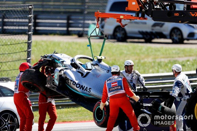 La voiture de Valtteri Bottas, Mercedes AMG W10 est dégagée après son accident