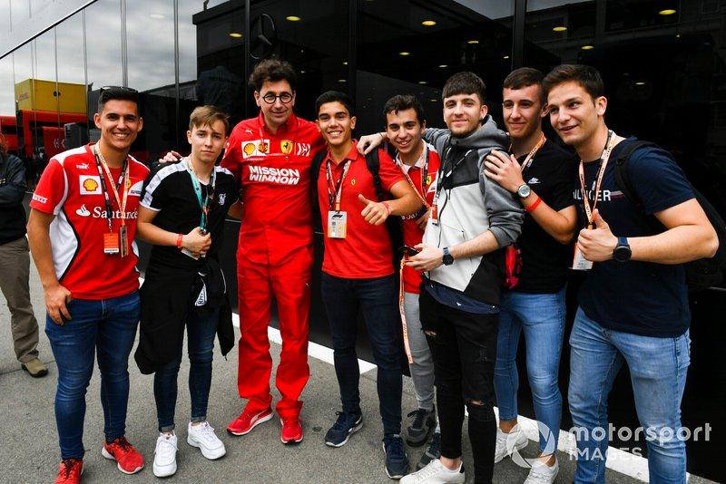 Des fans avec Mattia Binotto, Team Principal Ferrari