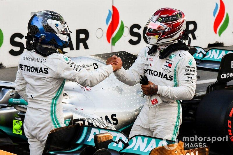 Il poleman Valtteri Bottas, e il compagno di squadra Lewis Hamilton, Mercedes AMG F1