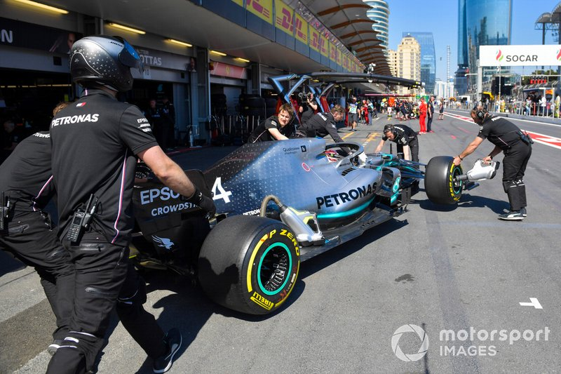 Lewis Hamilton, Mercedes AMG F1 W10, viene riportato ai box
