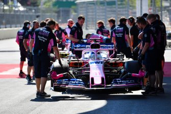 Racing Point mechanics with the car of Sergio Perez, Racing Point RP19