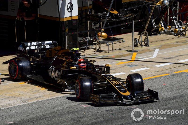 Kevin Magnussen, Haas F1 Team VF-19, sort du garage
