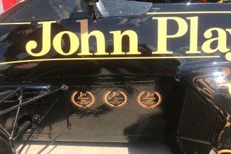 Detalle de la marca de tres victorias logradas en 1985, en el Lotus 97T de Ayrton Senna