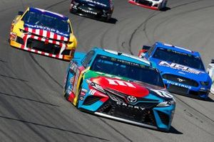 Kyle Busch, Joe Gibbs Racing, Toyota Camry M&M's Hazelnut and Ricky Stenhouse Jr., Roush Fenway Racing, Ford Mustang NOS Energy