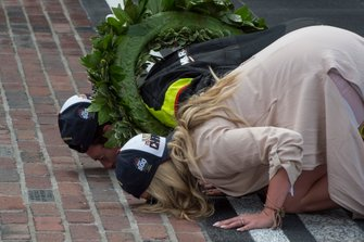 Simon Pagenaud, Team Penske Chevrolet, e la sua fidanzata Hailey McDermott baciano i mattoni dopo la sua vittoria