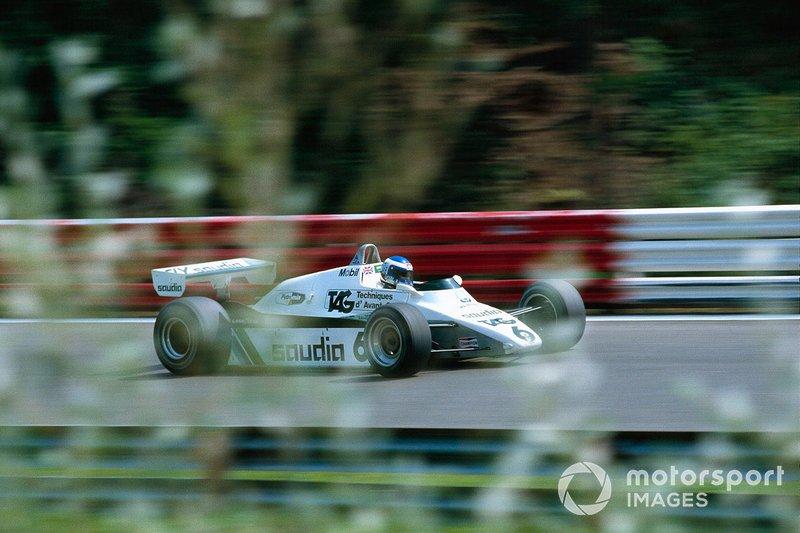 В какой-то момент показалось, что запас все же позволит пилоту Lotus спокойно финишировать первым. Но на самом последнем круге Росберг нашел где-то дополнительную скорость, за пару поворотов отыграл две секунды и пошел в атаку на соперника