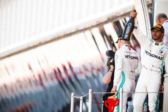 Il vincitore della gara Lewis Hamilton, Mercedes AMG F1 festeggia sul podio con lo champagne