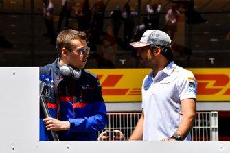 Daniil Kvyat, Toro Rosso, parle avec Carlos Sainz Jr., McLaren, lors de la parade des pilotes