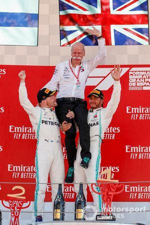 Valtteri Bottas, Mercedes AMG F1, Dr Dieter Zetsche, PDG de Mercedes Benz et le vainqueur Lewis Hamilton, Mercedes AMG F1 sur le podium