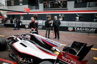 Nikita Mazepin, ART Grand Prix passe devant George Russell, Williams Racing FW42 et Ross Brawn, directeur de la compétition du Formula One Group