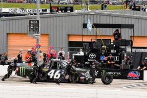 Riley Herbst, Kyle Busch Motorsports, Toyota Tundra Monster Energy/Advance Auto Parts pit stop