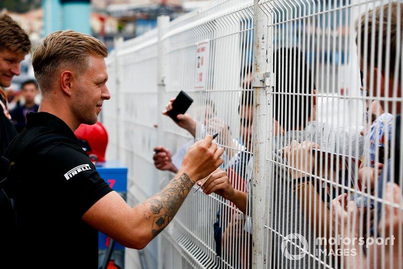 Kevin Magnussen, Haas F1, firma un autografo