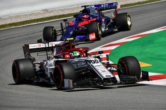 Antonio Giovinazzi, Alfa Romeo Racing C38, devant Daniil Kvyat, Toro Rosso STR14