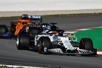 Daniil Kvyat, AlphaTauri AT01, precede Carlos Sainz Jr., McLaren MCL35