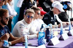 Robin Frijns, Virgin Racing, signs an autograph