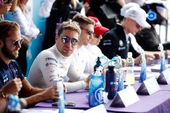 Robin Frijns, Virgin Racing, signs an autograph
