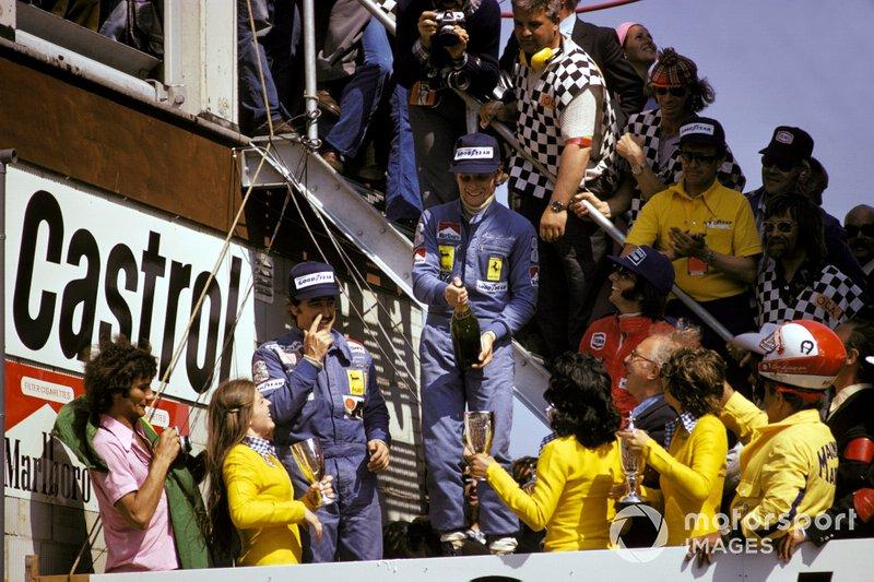 Podio: secondo classificato Clay Regazzoni, Ferrari, il vincitore della gara Niki Lauda, Ferrari, terzo classificato Emerson Fittipaldi, McLaren, al GP d'Olanda del 1974