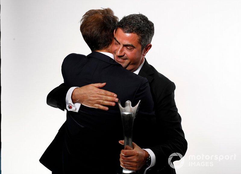Michael Masi, Director de Carrera de la FIA, acepta el premio John Bolster en nombre del difunto Charlie Whiting