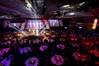 Enaam Ahmed, Jamie Chadwick, Johnathan Hoggard y Ayrton Simmons en el escenario para el premio Piloto Joven del Año del BRDC