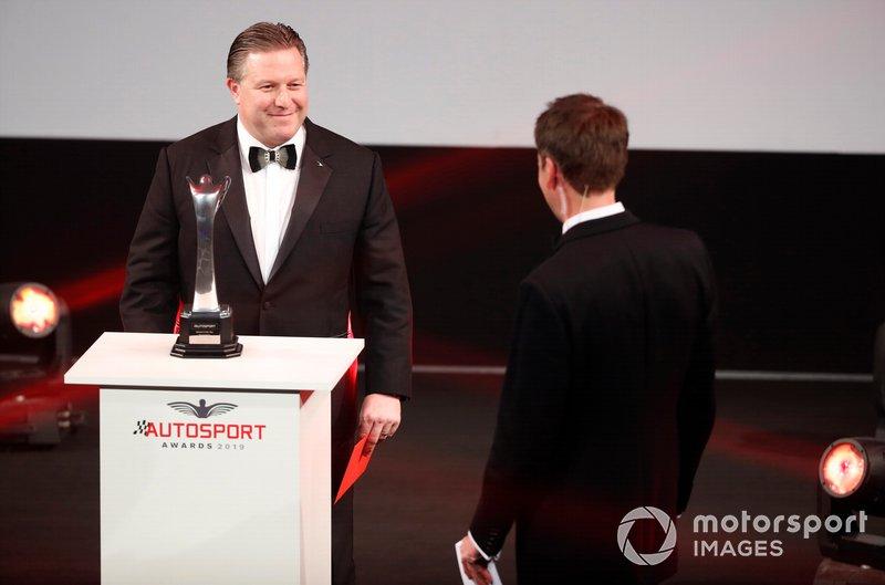 Zak Brown, Director Ejecutivo de McLaren, en el escenario para presentar el premio Momento del Año